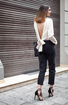 Foto de street style com blusa off white com decote nas costas, calça de alfaiataria preta cropped e salto alto