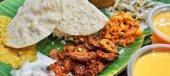 Các món ăn được bày trên lá chuối