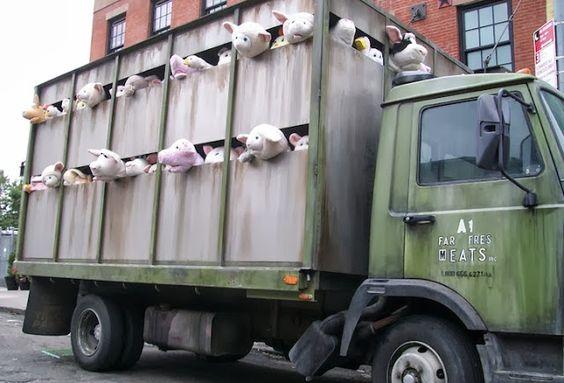 Las sirenas de los corderos, peluches contra el maltrato animal Esta es la última e imaginativa acción del conocido artista Banksy en defen...