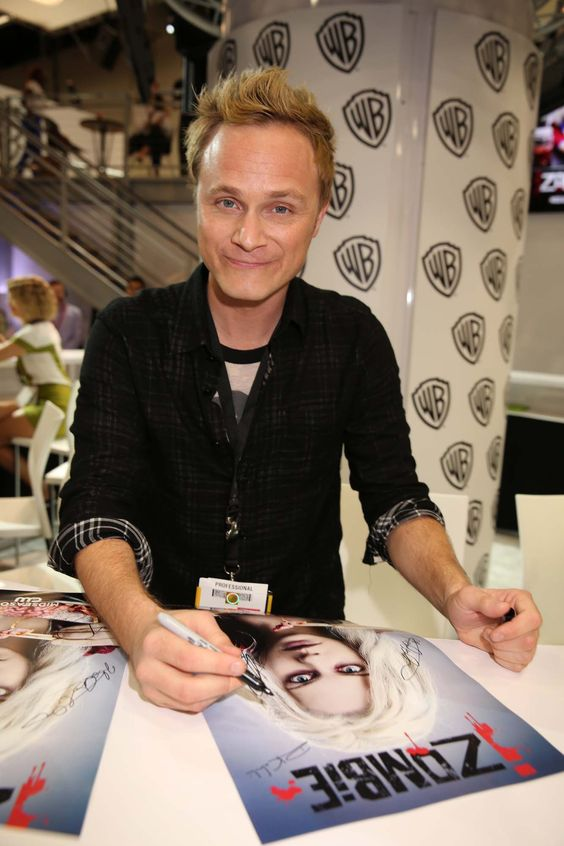 >> David Anders, who stars in iZOMBIE as Blaine DeBeers, signs for fans of the upcoming series at the Warner Bros. booth at Comic-Con 2014. #WBSDCC