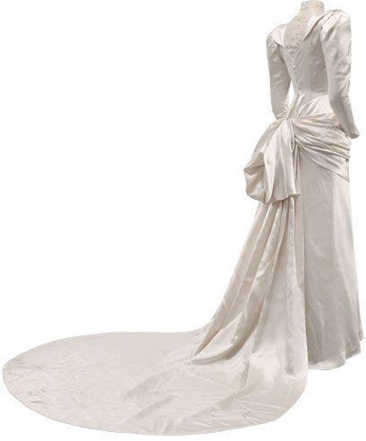 Cristobal_Balenciaga Vestido de novia en satén de color marfil. Fue el traje de novia de doña Rosario de Aranguren y Palacio en 1945, condesa de Monterrón.
