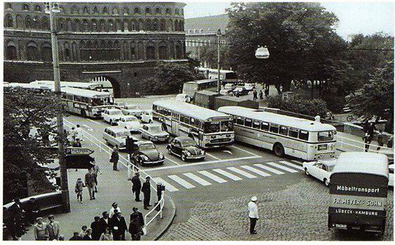 in den 60er Jahren wurde der Verkehr von einem Polizisten auf der Straße geregelt.