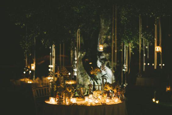 candlelit wedding table http://weddingwonderland.it/2015/06/matrimonio-nel-giardino-di-casa.html