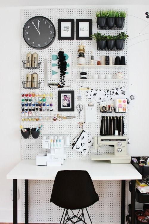 Para quem não tem uma mesa muito grande, uma opção é um painel com furinhos na parede para que você possa pendurar suas coisas na parede.