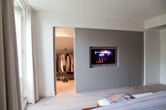 Slaapkamer met inloopkast (maar zo'n tv wil ik niet)