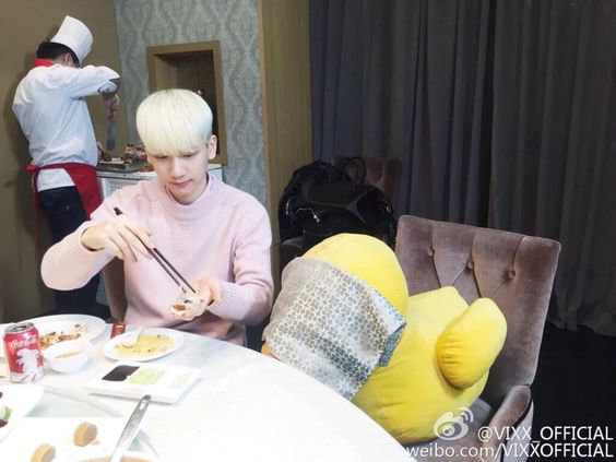 pjiminn:  leo-is-life-but-im-ruined:  He is eating roasted duck so he covered the stuffed duck's eyes   @danger06