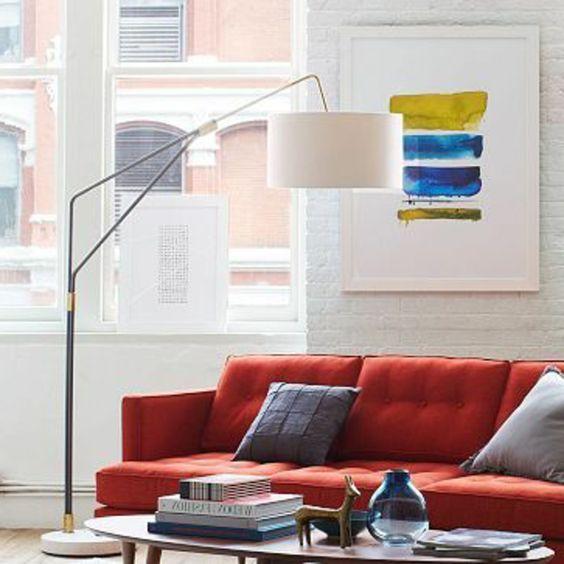 Epic la lampe arc dans toute sa beaute pour le salon avec canape rouge