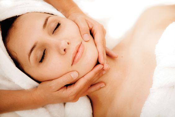 """Indicada para todos os tipos de pele a LIMPEZA DE PELE A LASER desobstrui os poros, retira as células mortas, retiras os cravos, favorece a limpeza, oxigenação e hidratação  da pele. Nela são utilizados cosméticos específicos para a necessidade de cada pele além, do laser de baixa freqüência que diminui os inchaços pós extração e diminui os inchaços das ''acnes''. Na etapa de finalização utilzá-se o LED azul tecnologia de ultima geração que """"mata"""" a bactéria que provoca a acne."""