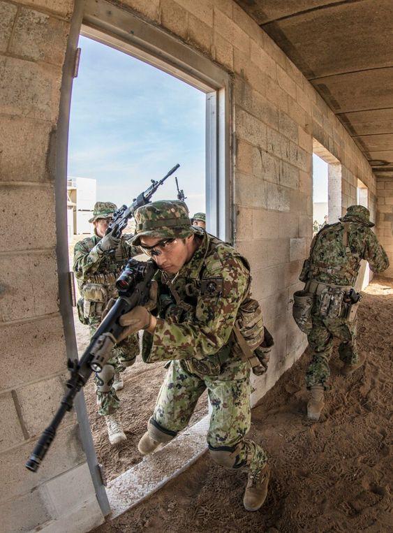 建物に侵入する隊員