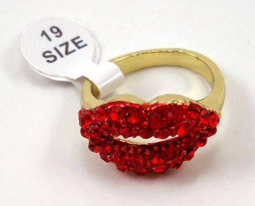 beija minha boca  R$31,75 Anel dourado em forma de boca com strass vermelho. novinho