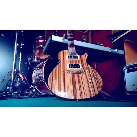 Guitar relax  #guitar #chitarra #guitarra #vintage #prs #zebrano #handmade #guitarrig #pedalboard #guitarselfie #amazing #funny #sound #rock #metal #studio #session #pickup #humbuckers #strings #lespaul #singlecut