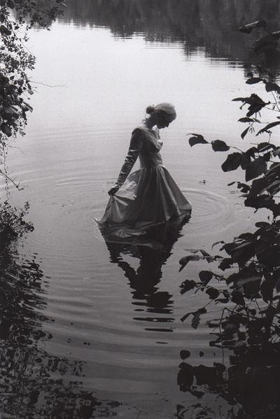 森の泉と女性のモノクロ・白黒写真の壁紙