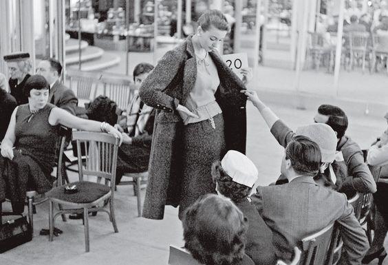 Desfile intimista de sua coleção de alta-costura inverno 1956 (Foto: Divulgação):