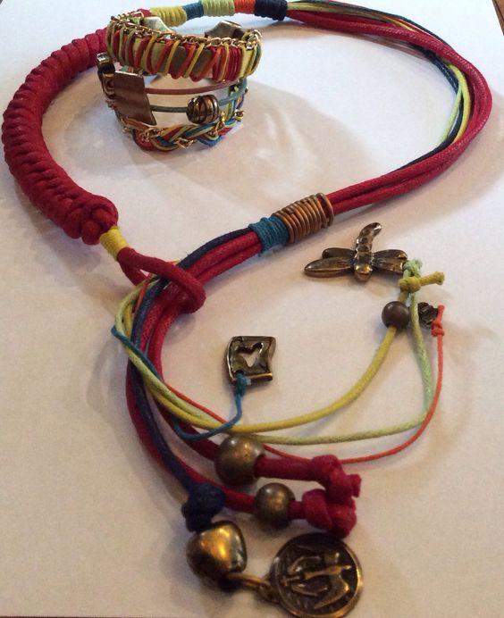Costa rica , Collar con nudo de serpiente combinado con nudo franciscano. Pulsera con cuero plano bordado y