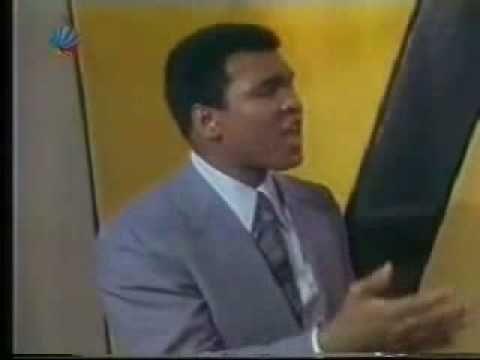 """Muhammad Ali & Michael Jackson (1977) - YouTube (Michael Jackson demande à Muhammad Ali : """"Tu penses que je peux voler comme un papillon et piquer comme une abeille ?"""")"""