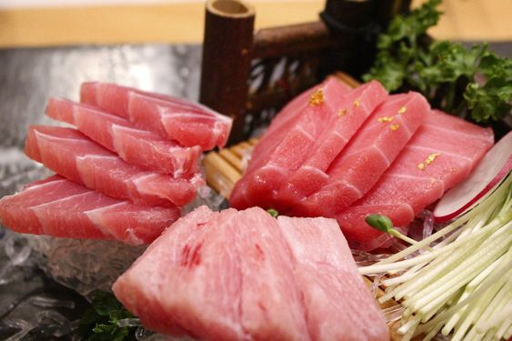 Сырое мясо тунца, порезанного слайсами. Фото с сайта pixabay.com
