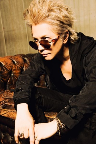金髪ショートヘアーでサングラスをかけているL'Arc〜en〜Ciel・hydeの画像