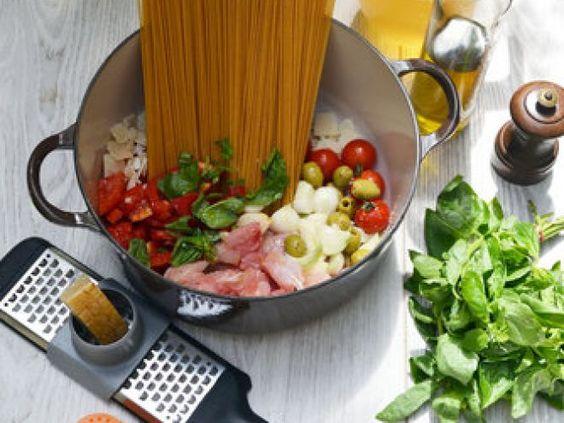"""One Pan Pasta au lapin // Connaissez-vous la tendance du """"One Pan Pasta"""" ?! Mettez le tout dans une casserole, laissez mijoter, et voilà ! ==> http://www.ptitchef.com/recettes/plat/one-pan-pasta-de-lapin-fid-1561961 #recette #onepanpasta #lapin #rapide #fast #fastfood #recette #cuisine #cook #cooking #food #foodpic"""