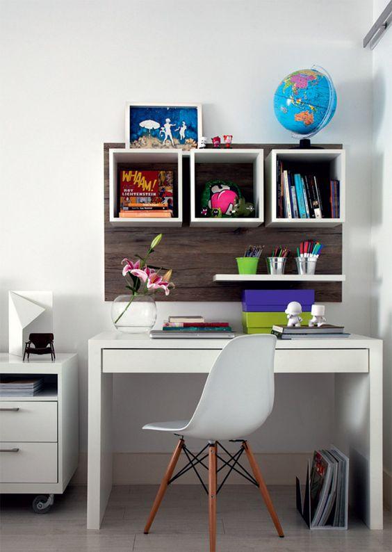 O escritório é um espacinho entre a porta de correr do closet e a mesa de cabeceira (Abra Casa), equipado com mesa laqueada e pequenos nichos na parede (Arte Marcenaria). Cadeira da Tok & Stok.: