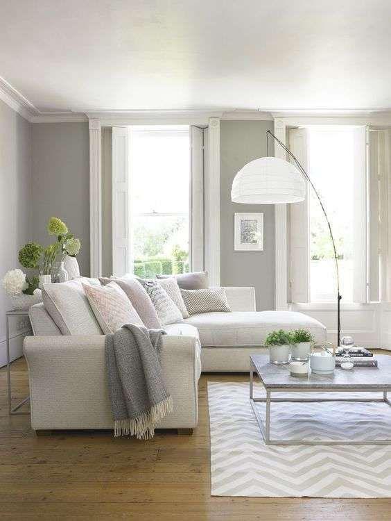 Salotto luminoso con pareti grigie - Idee per arredare un salotto classico con il grigio e con il bianco.
