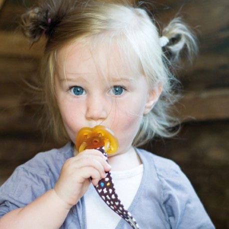 Hevea Attache-Tétine Coton Bio100% coton bio certifié GOTS. Evite que la tétine ou l'anneau de dentition tombe par terre et se salisse ou se perde. Attaches métal/bois d'hévéa pour l'accrocher aux vêtements. Languette à scratch pour accrocher la tétine ou l'anneau de dentition. Espace pour le nom de bébé au dos.