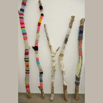 Aurelie Mathigot, yarn artist. Des branches d'arbres habillées de tricot et coture en lin
