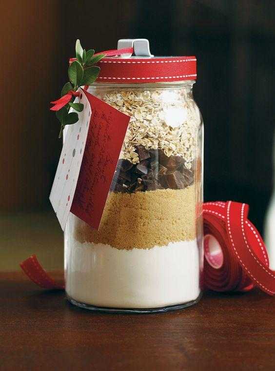 Biscuits en pot       375 ml (1 1/2 tasse) de farine tout usage non blanchie     7,5 ml (1 1/2 c. à thé) de poudre à pâte     1 ml (1/4 c. à thé) de sel     250 ml (1 tasse) de cassonade tassée     140 g (5 oz) de chocolat noir ou au lait, haché grossièrement     250 ml (1 tasse) de flocons d'avoine à cuisson rapide À écrire sur l'étiquette-cadeau:  Ajouter 125 ml (1/2 tasse) d'huile de canola, 60 ml (1/4 tasse) de lait et 1 oeuf légèrement battu au mélange à biscuits en pot. À l'aide dune…