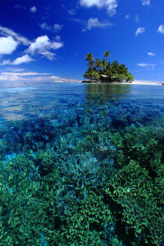 グアムの透き通った海と島