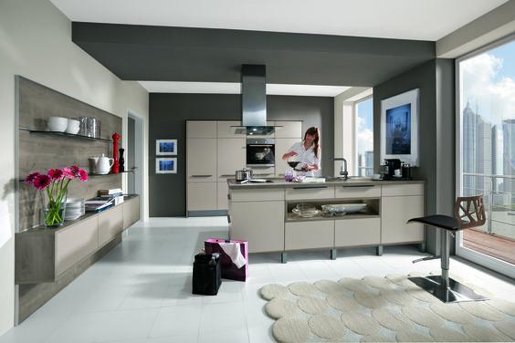 Élégante cuisine avec îlot central  meubles beiges, belles - küche holz modern