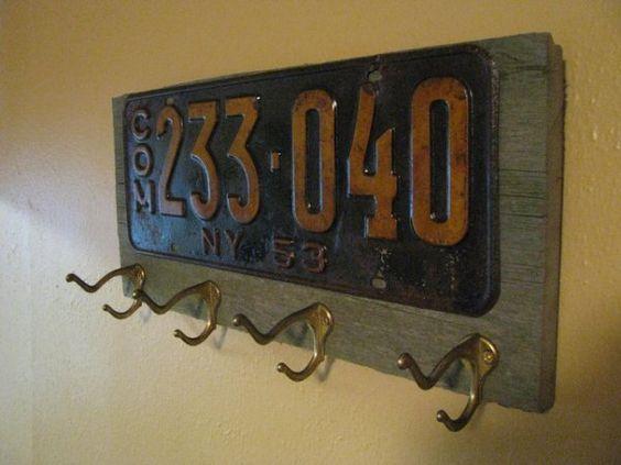 Añade ganchos de aluminio junto a una matrícula de autos. Foto: Etsy.com