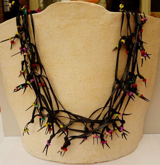 Deze royale ketting is gemaakt van 5 meter Fietsband en versierd met gekleurde kralen van Howliet.  Deze ketting kan, door zijn lengte, op verschilende manieren worden gedragen.   Voor meerdere variaties