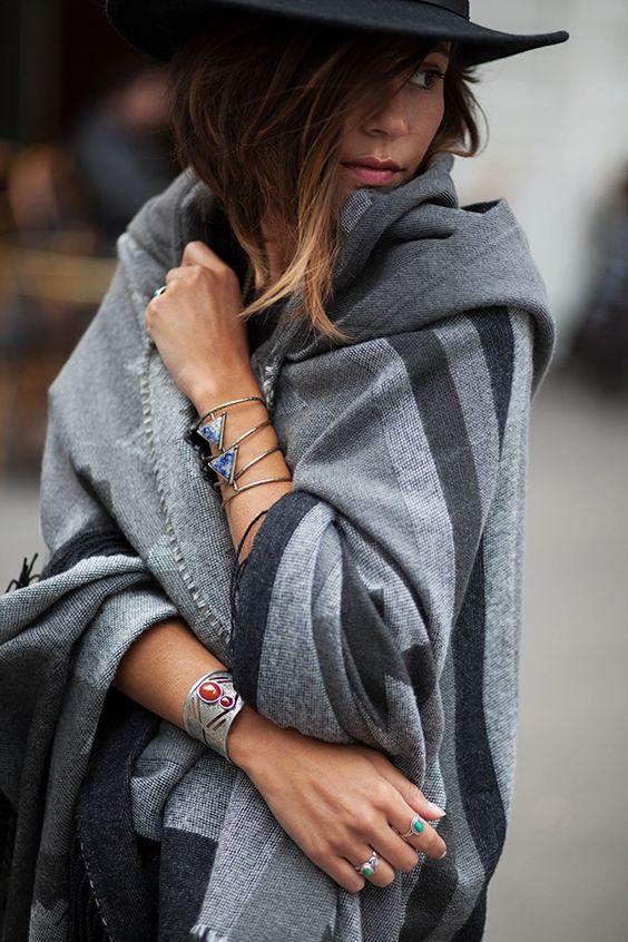 Bien au chaud, texture douce, motif géométrique,couleur neutre (gris) donc écharpe-plaid qui va avec tout