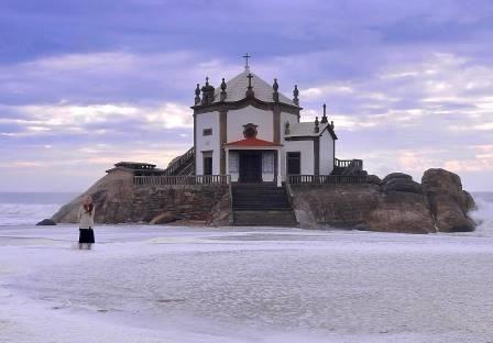 Situada na freguesia de Gulpilhares, concelho de Vila Nova de Gaia, a capela do Senhor da Pedra foi construída sobre um rochedo da praia de Miramar. Com 327 anos, é um espaço de devoção católica e de peculiares histórias, que envolvem milagres e...bruxedos. A capela do Senhor da Pedra foi construída em 1686, sobre um rochedo da praia de Miramar, na freguesia de Gulpilhares, Vila Nova de Gaia. O porquê da construção da capela neste local permanece incerto e são várias as histórias peculiares…