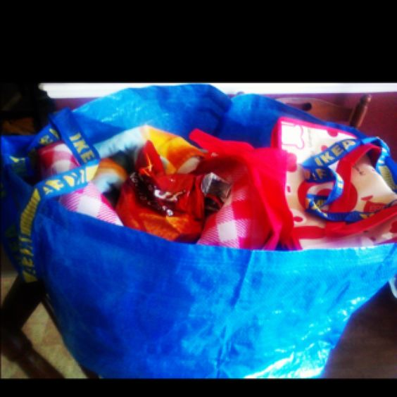Use your reusable #IKEA bags for #pool or the #beach! So much room!! #summer #DIY #pool #snacks #food