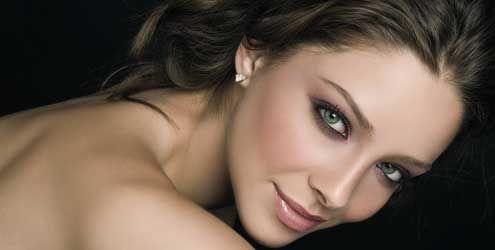 Truques de make para disfarçar defeitos no rosto. http://www.feminices.blog.br/truques-de-maquiagem-para-disfarcar-defeitos-rosto/