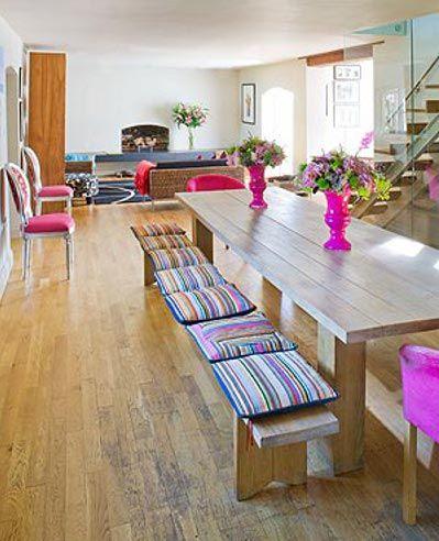 Super banco de madeira com almofadas quadradas combinando com a decoração