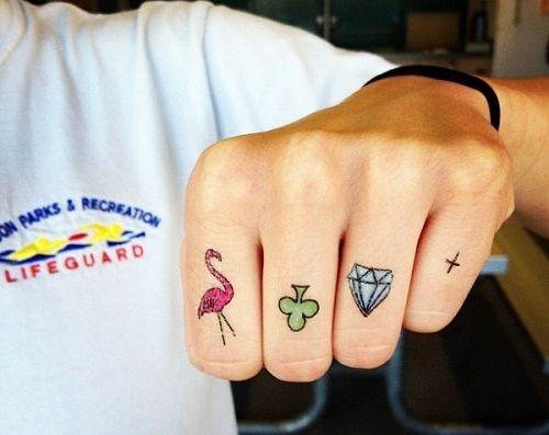 Những hình xăm màu nhỏ xinh ở ngón tay cũng được chị em đặc biệt ưa thích