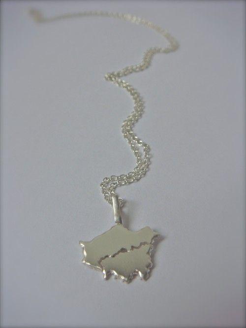 Malin Ohlsson collier Homesickness en argent sterling. Le motif représente la ville de Londres.