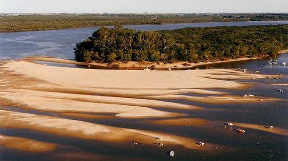Desde Colón, Entre Ríos, parten excursiones en gomón hacia los bancos de arena (Pablo Latzina / Itaicorá)