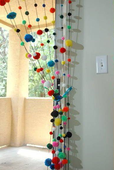Divertida e fofa cortina de pompons. com 10 fios  de 1,90cm. -Pode se fazer em cores únicas, degradé, ou em tons pastéis para quarto infantil, veja mostruário de cores na página, especificando. R$ 70,00: