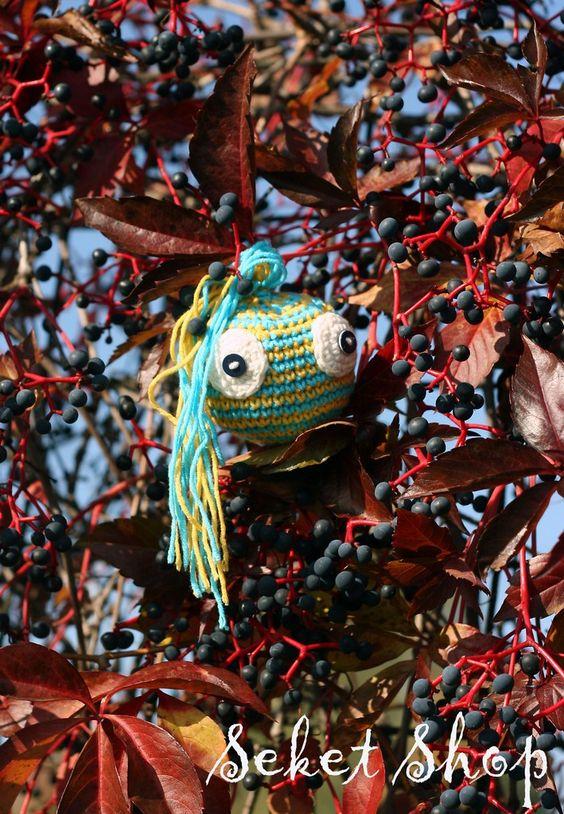 Kačaba Drako Háčkovaná kačaba s vlásky pro radost. Můžete ji nosit jako ozdobu klíčů, batohu apod. nebo je to milý dárek a hračka pro děti. Dá se zavěsit nebo se s ní dá hrát jako s balonkem. Je vyrobena z pevného materiálu, nerozplétá se ani netrhá, ale zároveň je měkká a příjemná pro malé děti. Velikost: - obvod cca 25 cm - dle požadavků vyrobím jakoukoli ...