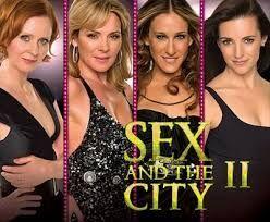 """44 - El Cosmopolitan. Cada cóctel de la familia del Martini tiene su historia, en este caso el afrodisíaco Cosmopolitan, sin duda un gran triunfador, fue creado en Nueva York en la década de los 80, con la inspiración del sex-appeal y la pasión de la súper estrella Madonna, la reina del """"Cosmo"""". Este cóctel se hizo popular internacionalmente gracias a la serie de televisión """"Sex and the City"""" donde se le califica como la bebida erótica por excelencia."""