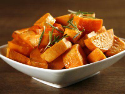 El camote es super nutritivo ya que es muy alto en calcio, potasio y fibra. Si estas intentando comer saludablemente reemplaza las papas por esta deliciosa receta de camote al horno con miel de maple.