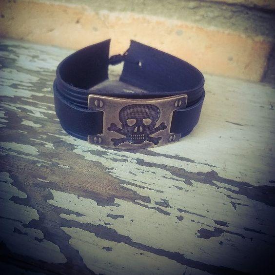 A nossa queridinha, pulseira com placa de #caveira, está novamente disponível na Steiner Papelaria e para encomendas   Presente incrível para o seu amor nesse #DiadosNamorados  De couro legítimo e com fecho de regulagem para servir em todos os pulsos ✌