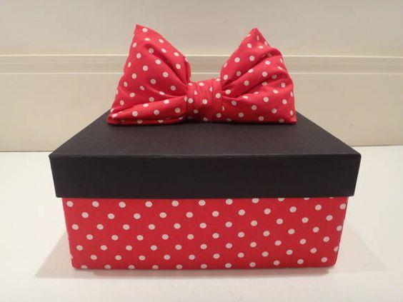 Lembrancinha para as mamães Minnie, composto por uma caixa forradaem tecido, um potinho de algodao, creme hidratante, lixa de unha, palito, pinça, alicate cuticula, esmalte, acetona e uma toalhinha personalizada:
