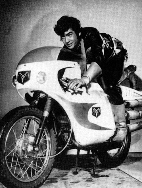 Hiroshi Fujioka como Takeshi Hongo, o Kamen Rider original (1971). Em 2014, voltou ao lendário personagem no filme Showa Rider vs Heisei Rider.