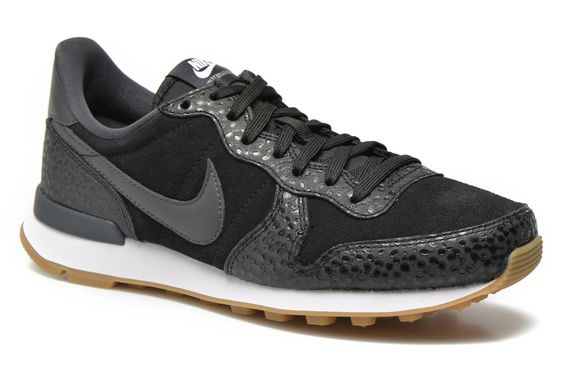 Créée en 1972 par Phil Knight et Bill Bowerman, Nike est une entreprise américaine spécialisée dans les chaussures, les vêtements et le matériel de sport. Son nom est inspiré de la déesse grecque Athéna Niké, représentée comme une divinité ailée, capable  ...