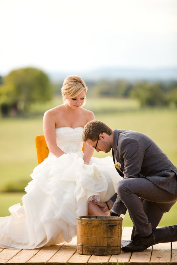 A cerimônia de lavar os pés significa uma purificação. E também é um símbolo de humildade, amor e desapego. Jesus lavou os pés dos discípulos como um sinal de amor. Fiquei impressionada com essa imagem porque ela carrega tudo isso e muito mais.  Repine se você deseja ter esses sentimentos em seu #casamento