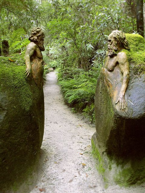 Puerta a William Ricketts santuario en el Parque Nacional Dandenong cerca de Melbourne, Australia.  El parque está lleno de esculturas que abarca la espiritualidad aborigen y el respeto por el mundo natural.: