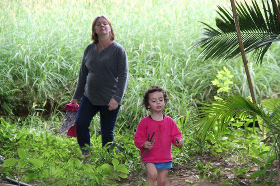 As duas caminhando de volta para casa que foi (e ainda é) da  família Ewald em Benedito  Novo.
